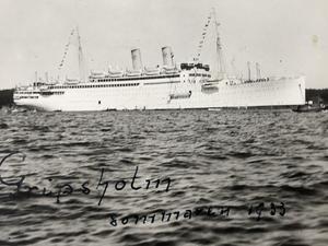 Sune Agazzis morfar Ernst Ek fotograferade fartyget Gripsholm, som besökte Nynäshamn 1933.