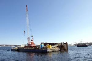 Bropelarna byggs från grunden med spåntlådor från havsbotten och uppåt.