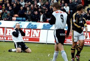 Niklas Skoog efter en missad målchans mot AIK i juli 2000. ÖSK vann matchen med 1–0 efter mål av Per Gawelin. ÖSK vann även höstmötet mellan lagen då med 2–1 på Råsunda efter att Per Gawelin avgjort matchen i 86:e minuten.