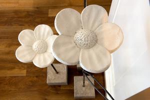 Floristen och formgivaren Linda Sjölund gör betonggjutningar. Här är hennes blomma Eternity.