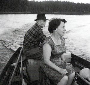 Jan-Eric Berger skriver om Hilding Mickelsson och Albert Viksten. Här en bild från när Albert Viksten bjuder Adéle Mickelsson på en båttur. Foto: Hilding Mickelsson/ur boken