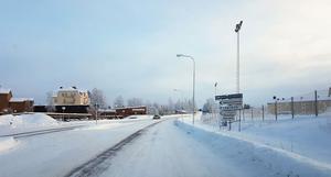 På bilden syns simhallen till vänster. Skolans parkering är vid hyreshuset till höger. Foto: Privat