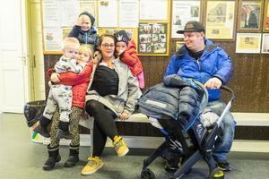Familjen Theres Martinsson/ Sebastian Hedin sänkte medelåldern på julmarknaden rejält med sina sex barn, Thea, Theodor, Tova, Timmy och nyfödda tvillingparet Jona och Ludvig.