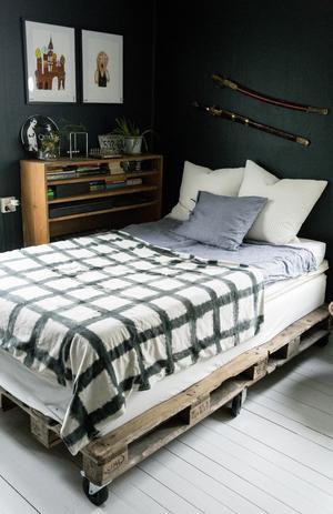 Vilmers säng vilar på en stomme som Melinda gjort av gamla lastpallar och hjul.