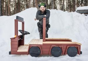 Hugos Trä AB levererar olika träfordon till ett stort park- och lekutrustningsföretag för utemiljöer. I sortimentet har det sex olika träfordon och bland annat en lekstuga i form av en båt.