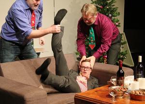 Johan (Anton Elg Tyskling) har två väldigt kontrollerande pappor i Roger (Mats Wenlöf) och Sven (Sören Ivemyr) – så kontrollerande att de handgripligen ser till att John tar sina lugnande tabletter när han blir lite för upprörd.