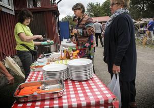 Lisbeth Englund sålde korv åt dagens besökare.