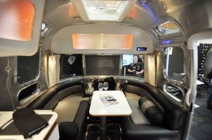 Interiören i Airstream påminner lite om en jukebox. Lite grov industristil och lite pastellfärger blandat med aluminiumytor. Foto: Stefan Nilsson