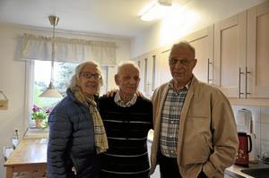 Besök. Alf Pettersson visade sin nyrustade lägenhet och då fick han besök av vännerna Maj-Britt Lundin och Per-Olof Lundin.