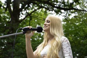 Skönsång. Sofia Eriksson var en av niorna som stod för underhållningen under skolavslutningen.