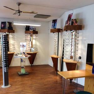 Någon yta för att visa upp glasögonbågar finns inte längre. Här en bild från förra lokalen.