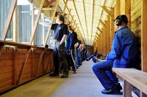 Den första klassen att starta var i gång redan klockan nio på söndagsmorgonen. Ragnar Olsson var en av funktionärerna och satt på bänken för att se till att allting gick rätt till. Sammanlagt hade tävlingen 59 starter i de olika klasserna med 40 skyttar.