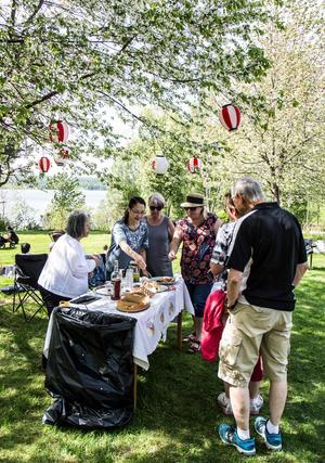 Picknick på gräsmattorna, och provsmakning av japanska specialitetet. Keiko Yahata Larsson och Toshiko Sato serverar besökarna.