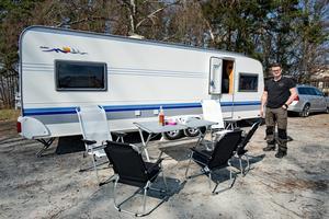 Anders Åhrlin tycker mycket om campinglivet. Något man måste tänka på med husvagn är vikten på alla saker. Det nya aluminiumbordet används för första gången i dag. Det är lätt och går smidigt att fälla ihop.