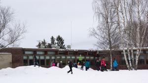Nibbleskolan undviker farliga arbetsfordon på skolområdet på den tiden som barn finns på skolan eller fritis. Men i torsdags blev det fel när en traktorförare skickades dit för att skrapa is och sanda. (Arkivbild.)