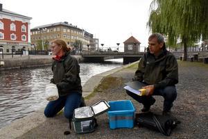 Maria Carlsson och Måns Lindell från Länsstyrelsen visar hur ett vattenprov går till i Vättern.