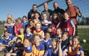 Unga tjejer strömmar till knatteträningarna i Rengsjö – ett positivt trendbrott som startade med att klubben skippade mixade lag. Nu får tjejerna ta plats på egna villkor.