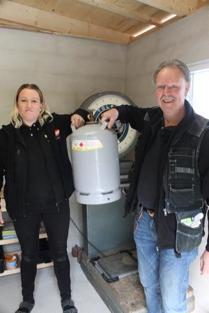 Matilda Nilsson och Mikael Erlandsson som här fyllt första kundens gasolflaska