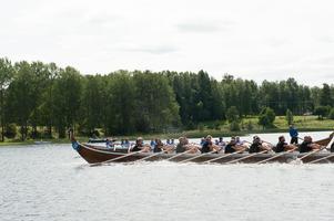 Spänningen är på topp. Båtarna tävlar med sekunder som marginal.