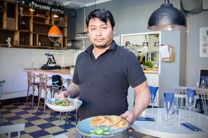 Kocken Aphinit Detsawat visar upp några av de rätterna de komer att servera.