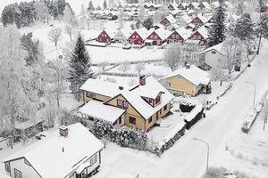Unikt hus i familjevänligt område. Stora sällskapsytor och vy över Hosjön. Foto: Jona Granath.