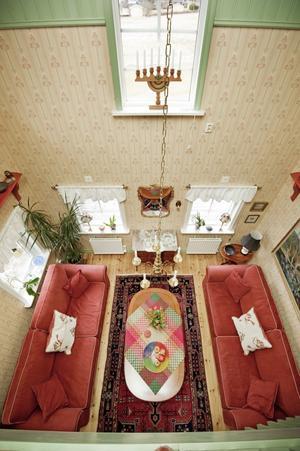Ljus och luft. Den nyaste delen av huset är vinkeln i två plan där vardagsrummet har en imponerande takhöjd.