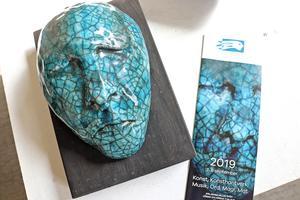 Årets programblad har en omslagsbild med detalj av Anna Bergströms skulptur. Själva konstverket visas också i samlingsutställningen.