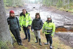 Bakom Ingrid Andrén, Staffan Sandberg, Daniel Bergdahl och Patric Jacobsson var det förut en stor damm. Dammen är nu borta i och med bytet samt sänkning av placeringen av nya vägtrumman.