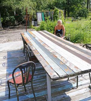 Här och var i trädgården finns uteplatser som denna där det också finns ett stort långbord för fester.