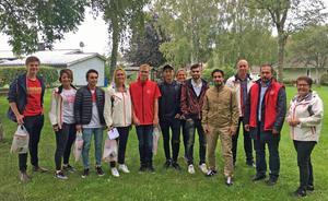 Socialdemokraterna i Hallsberg brukar vara ute och knacka dörr när det drar ihop sig till val. Här är gänget som deltog den kvällen de fick förstärkning av civilministern Ardalan Shekarabi.
