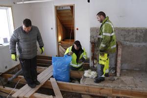 Bosse Andréasson och Kim Cucarano höjde murstocken i Teddy Karlssons (längst till vänster) hus med 15 millimeter.