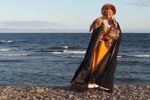 """Att lyfta den roll kvinnor spelade i förhistorien är en gammal dröm för Agneta Arnesson Westerdahl. Nu har den blivit sann. """"Det känns jättekul, helt otroligt"""" säger hon. Foto: Kjell Westerdahl."""