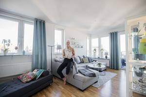 Foto: Jonas Classon. Jennie har utsikt över  stora delar av Örebro från sin lägenhet.