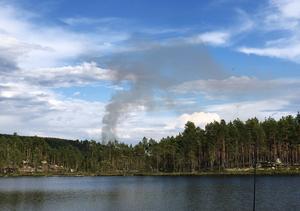 FOTO: Simone GrönqvistDet brinner på flera håll i Hälsingland. Här syns rök från Blanktjärn söder om Kårböle. Foto: Simone Grönqvist