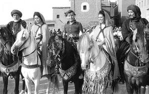 Moustapha Akkad (i mitten) tillsammans med Anthony Quinn, Irene Papas, Mona Wasif and Abdullah Ghaith under inspelningen av