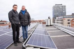 Henry Söderman och Lars Jansson, styrelseledamöter i bostadsrättsföreningen Pyndaren i Gävle, är nöjda med satsningen på solceller.