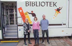 Carina Bäcklin, Birgitta Sandqvist Andersson och Marcus Westman fixade de sista detaljerna innan bussen öppnades för visning.