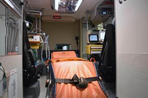 I ambulansen försökte Ebva Jugas få den  att vända och byta patient – från hennes mor till hennes svärfar.