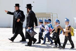 Vid Västra muren i Jerusalem finns en rad ultraortodoxa skolor för barn. I Israel lever omkring 800 000 ultraortodoxa judar i avgränsade områden. De håller västerländska idéer och en modern livsstil på avstånd.