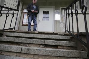 Den söndriga trappen utgör en klar olycksrisk, säger en orolig Åke Henriksson.