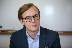 Moderaterna i Leksands ordförande Sebastian Larsson menar att hans parti helt står bakom fullmäktiges beslut om grundskolan.