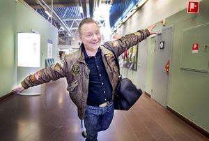 Torgny Kingen Karlsson har genomfört en omfattande turné med När rocken kom till Sveg nu i vår. Schemat är pressat, men vi lyckades få en pratstund med honom på flygplatsen på Frösön. Den 2 och 3 maj avslutas turnén på Storsjöteatern i Östersund, men redan i mitten av februari var biljetterna slutsålda. Någon extraföreställning blir det inte förrän i höst.
