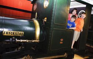 """På besök från USA. Sophia Weber, 40 med sönerna Philip Weber, 7 år och David Weber, 8 år från Cincinnati i USA är på besök hos mormor och morfar i Sandviken. """"Idag blir det Järnvägsmuséet och vi ska också bada mycket"""", säger Sophia Weber. """"Det är ett fantastiskt tågmuseum det här, och så stort. I går tog vi en båttur, det var både sol och regn då"""", säger Philip Weber. """"Jag gillade en nyckelring med en ficklampa som fanns i butiken här på  muséet. Det är kul att vara här!"""" säger David Weber."""