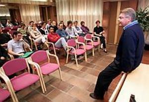 På snabbvisit. Bo Lundgren skämtade kort om bandy och sågar innan diskussionen gick vidare till skatter, jobb och segregation. Gymnasieeleverna kom med många kloka frågor under den timme moderatledaren besökte dem i Sandviken.