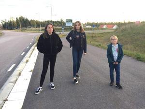 Alva, 12 år, Klara, 15 år och Folke, 7 år, är tre av Gäddeholms unga som längtar efter en busslinje in till Västerås. De står vid busshållplatsen, som redan är byggd. Men här stannar ingen buss.