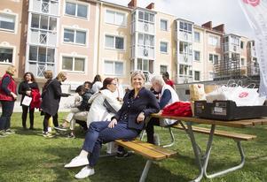 Finansminister Magdalena Andersson, S, tar en fika innan hon åker vidare för att hälsa på mamma i Uppsala.