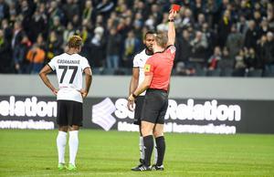 Michael Omoh protesterade inte mot utvisningen efter situationen, och efter matchen sa han att han ändå inte hade kunnat spela vidare om han hade sluppit rött kort. Foto: Henrik Montgomery/TT