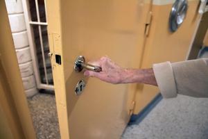 """Sitter de där? Den 88-åriga damen har bott i höghuset på Pettersberg i många decennier. Nu är hon orolig för droghandel och missbruket som pågår i trapphuset. """"Jag hör dem ibland och känner lukten av den konstiga röken, säger 88-åringen"""".Foto: Ann-Christine Kihl"""