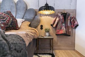 De flesta möblerna i familjen Kårebrands hem är köpta på loppis eller egentillverkade.