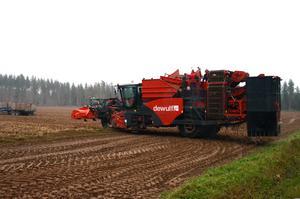 DEt är en stor maskin som ska manövreras på åkrarna för att få upp potatisen.